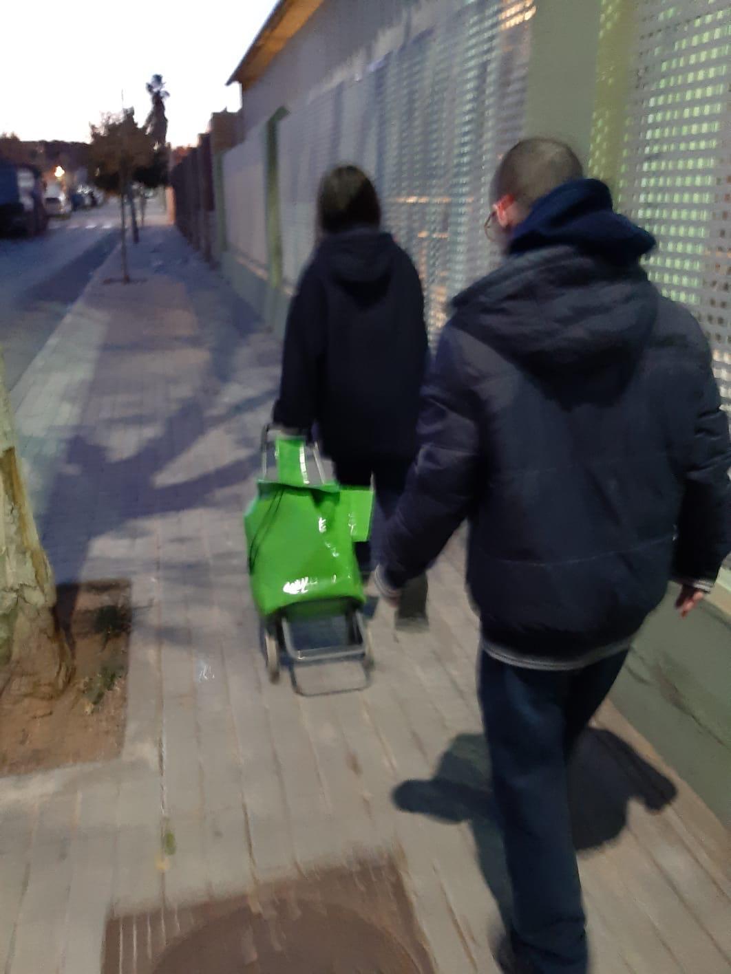 Usuarios del Centro Ocupacional con el carro de la compra.