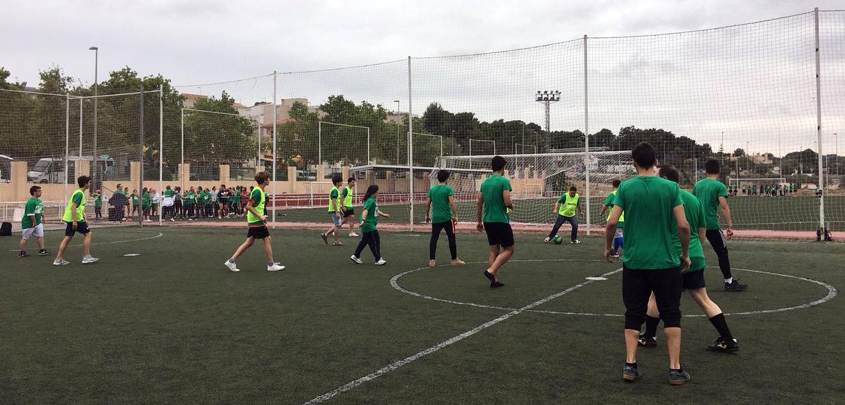 Personas jóvenes jugando a futbol