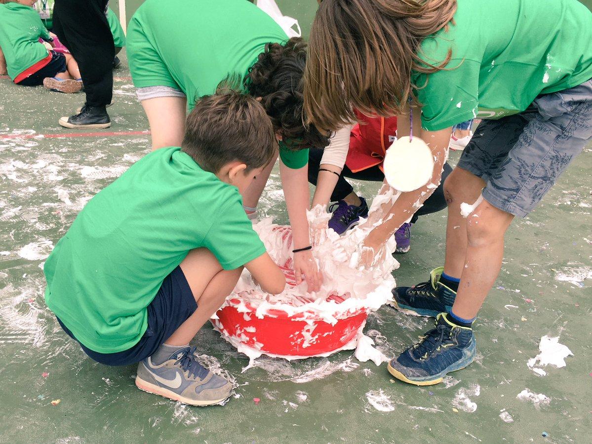 Personas jóvenes jugando con espuma