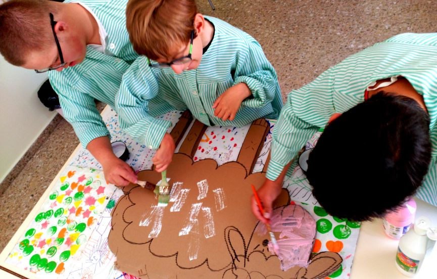 Alumnos preparando un decorado para el teatro