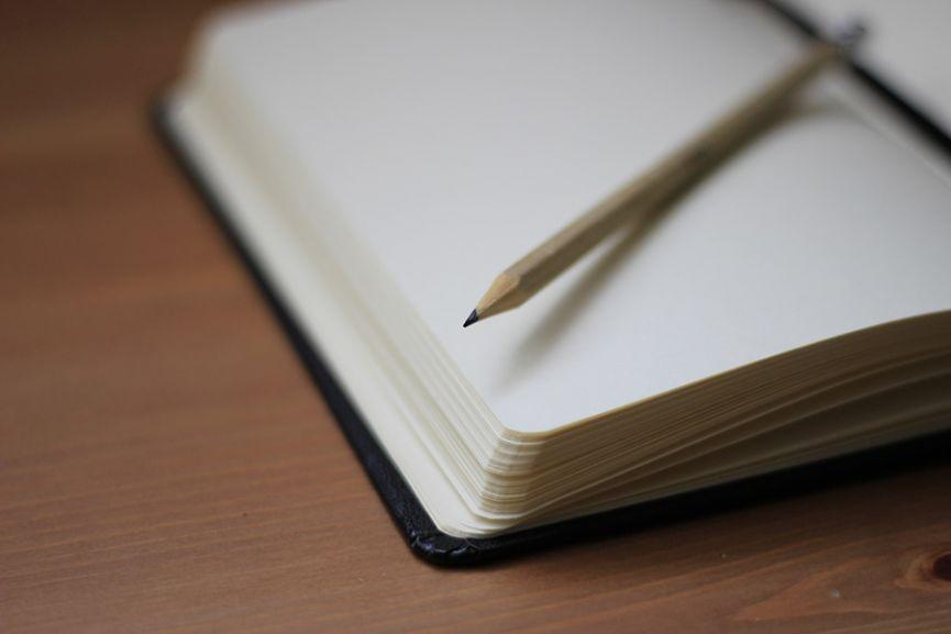 Una libreta con un lápiz
