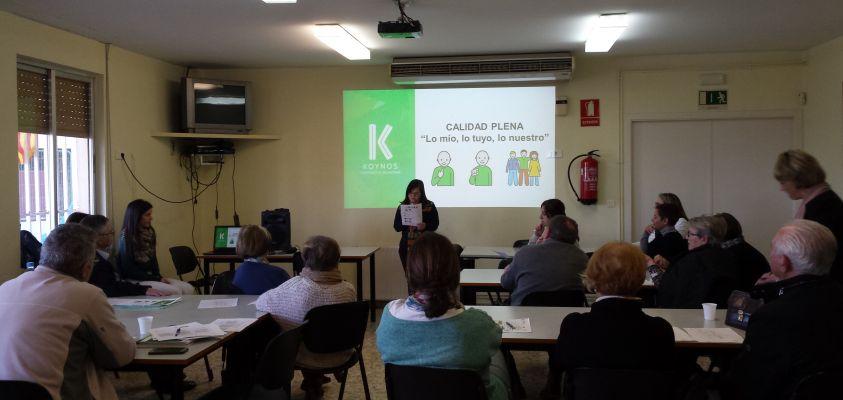 Gloria lee a las famílias los resultados de la evaluación de Calidad Plena