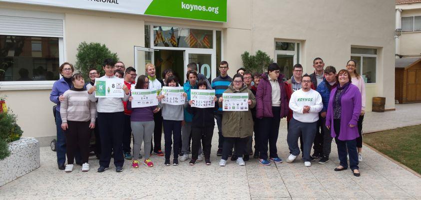 Alumnas de Transición a la Vida Adulta enseñan sus carteles sobre el Día de la Mujer