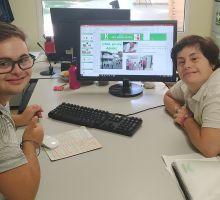 Adrián y Alicia nos enseñan la presentación de las 12 pautas éticas en un ordenador de sobremesa