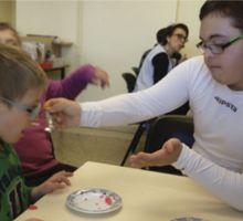 Dos alumnos del Centro de Educación Especial en el taller de Deglución