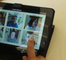 Un alumno del Centro de Educación Especial utiliza un tablero de comunicación en una tablet.