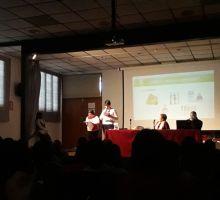 Dos personas usuarias presentan en el salón de actos de Villa Teresita ante el público