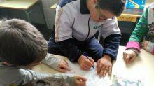 Un alumno del CEIP El Barranquet ayuda a un alumno del CEE Koynos