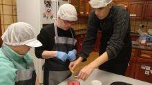 Usuarios del Centro Ocupacional cocinan en la vivienda